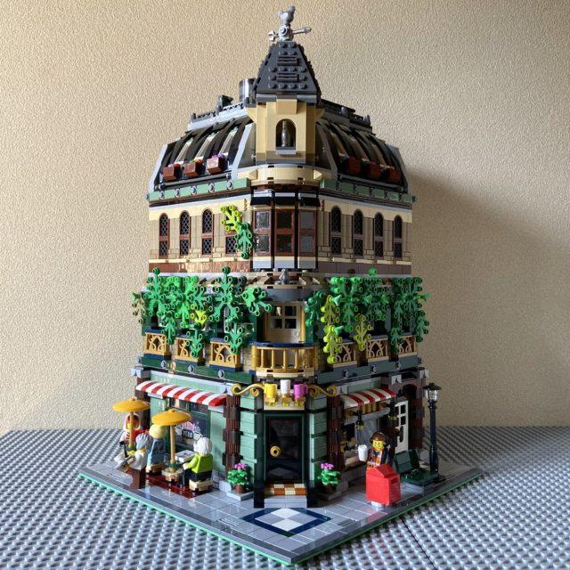 Forcément il n'y a pas la place de mettre tout le set LEGO Ideas 21319 Central Perk à l'intérieur (notamment le canapé culte) mais cette inspiration de Corner Cafe version FRIENDS